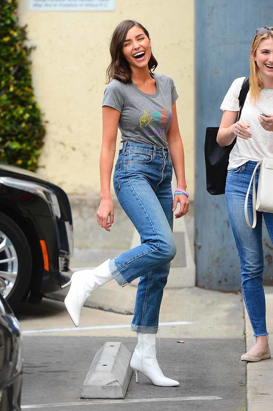 Olivia Culpo es fan de los botines blancos, que combina con vaqueros...
