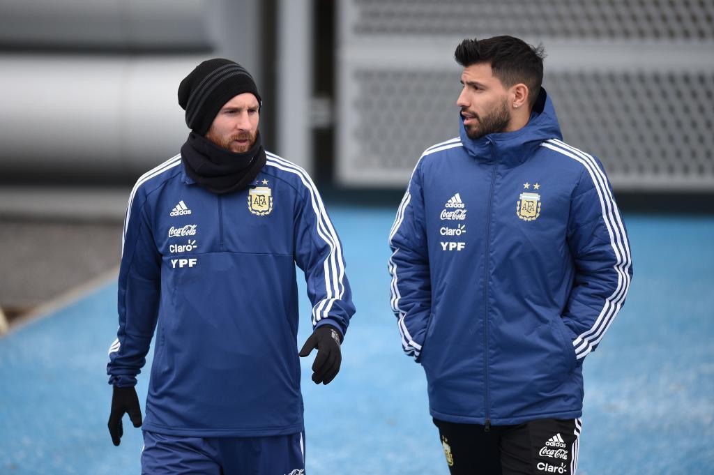 Lionel Messi y Sergio Agüero durante un entrenamiento en Manchester.