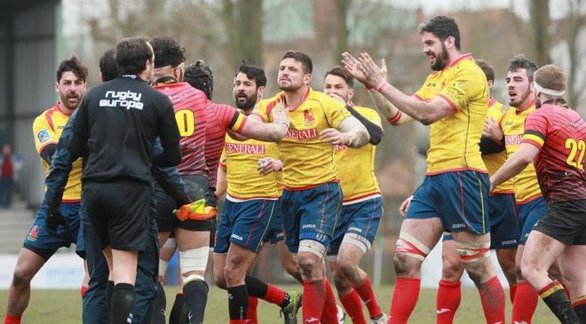 Varios jugadores españoles increpan al árbitro Iordachescu (i) tras la derrota en Bélgica el domingo.