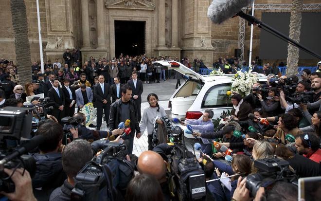 Decenas de cámaras graban a los padres de Gabriel en el entierro del menor.