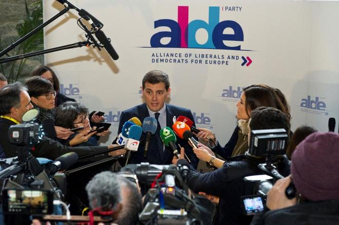 El líder de Ciudadanos, Albert Rivera, atendiendo a los medios de...