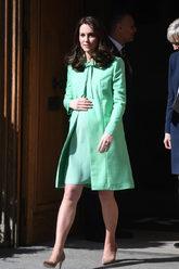 La duquesa de Cambridge ha dejado en el armario el azul para dar la...