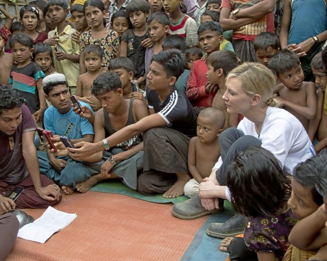 La actriz Cate Blanchett, junto a menores refugiados rohingya en el campamento de Kutupalong, Bangladesh.