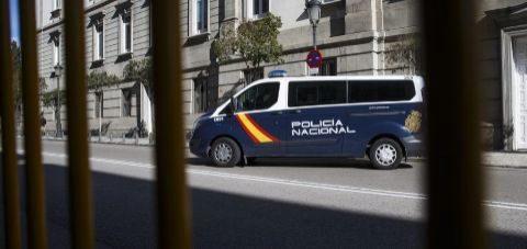 Un furgón de la Policía abandona, con Jordi Sànchez en su interior,...