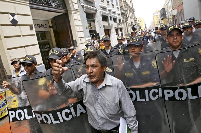 Manifestación contra el Gobierno de Kuczynski cerca del Palacio del Gobierno en Lima.
