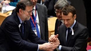 El presidente del Gobierno, Mariano Rajoy, saluda al presidente...