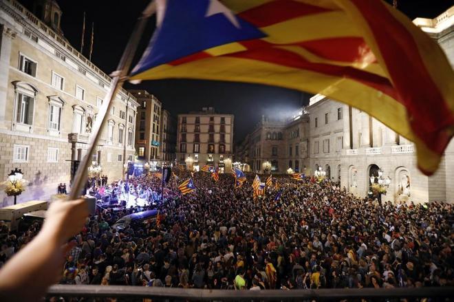 Celebración en la plaza de Sant Jaume tras el anuncio de la Declaración Unilateral de Independencia, el pasado 27 de octubre.