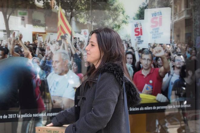 La diputada de la CUP Maria Sirvent, ante la sede de la CUP