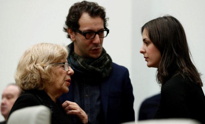 Rita Maestre y Manuela Carmena conversan este jueves, en el Pleno.