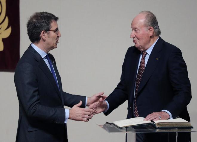 El Rey Juan Carlos, tras firmar en el libro de Oro y recibir la credencial como embajador de honor del Camino de Santiago, de manos del titular del Gobierno gallego, Alberto Núñez Feijóo.