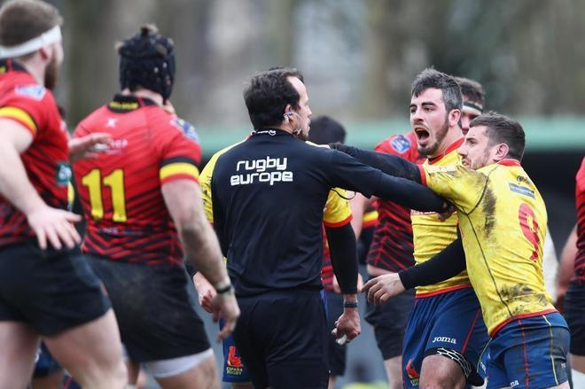 Jugadores españoles increpan al árbitro rumano Vlad Iordachescu.