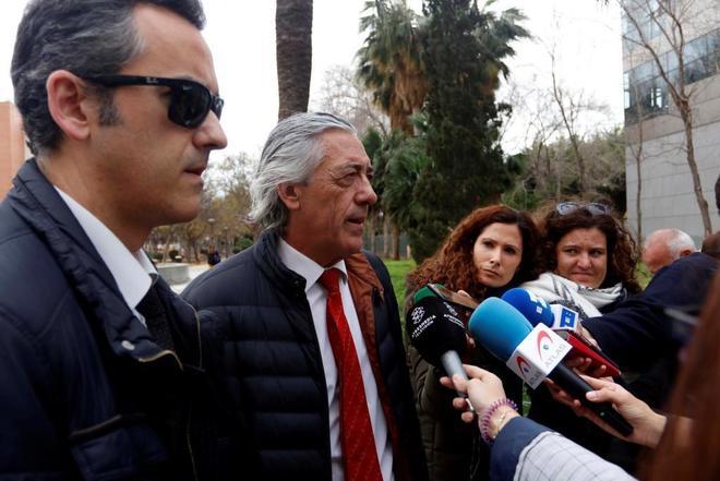 El abogado de los padres de Gabriel, Francisco Torres, atiende este viernes a los periodistas.