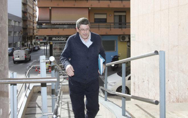 El principal investigado por el crimen de Ponsoda, su sucesor en la alcaldía, Juan Cano, este viernes en los juzgados de La Vila.