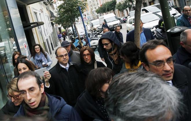 Jordi Turull junto a su mujer a su vuelta al Supremo para conocer la decisión de Llarena