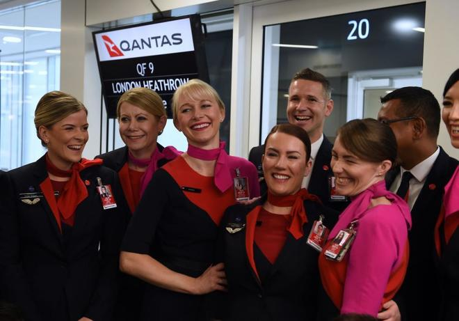 La tripulación del primer vuelo directo entre Australia y Reino Unido, hoy, en el aeropuerto de Perth.
