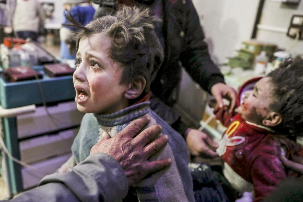 Niños heridos reciben ayuda en un hospital controlado por los rebeldes en Douma (Siria)