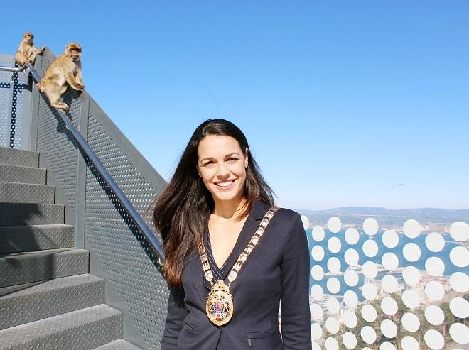 En la sede del ayuntamiento, Kaiane López con los monos de Gibraltar.