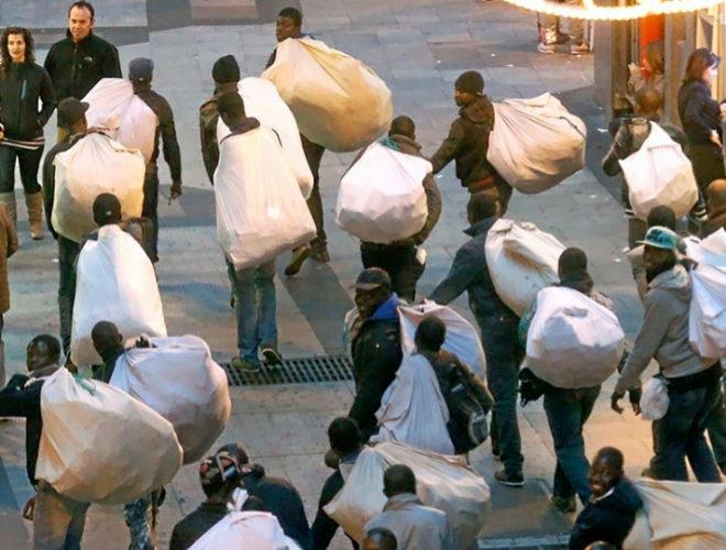 d5154dd278131 Manteros subsaharianos llevan a hombro sus productos en el centro de  Madrid. SERGIO GONZÁLEZ