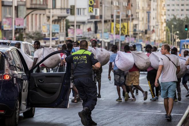 Policías municipales persiguen a un grupo de manteros en el centro de...