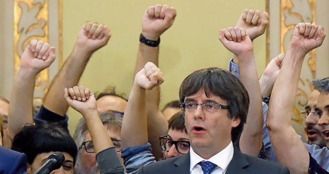 Carles Puigdemont en el Parlament tras la DUI, el pasado 27 de...