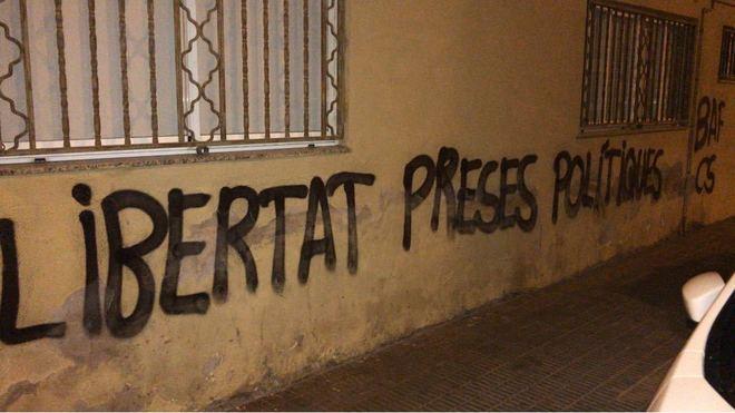 Pintadas aparecidas este lunes de mañana en la sede del PP de Castellón.