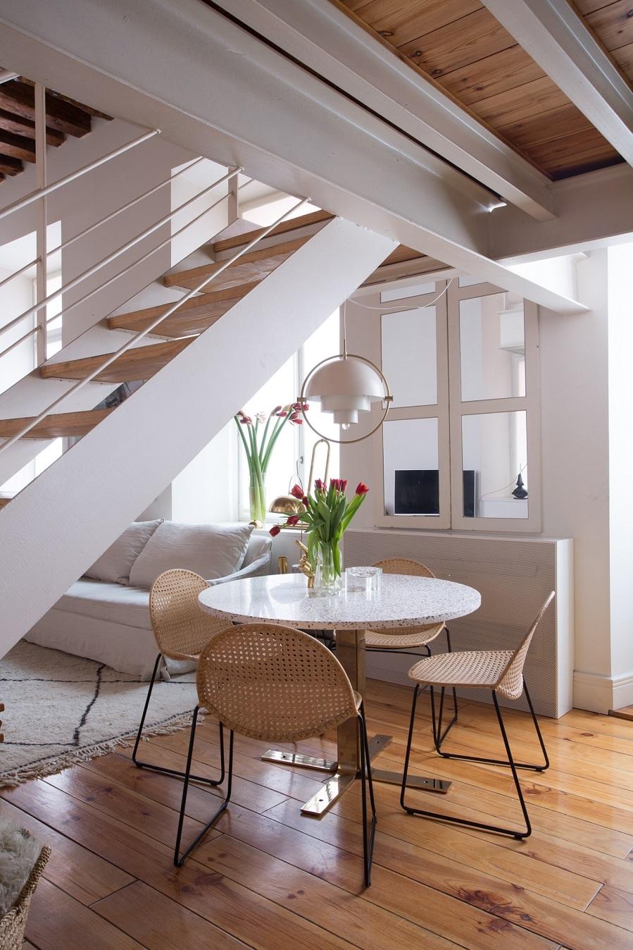 Sillas de Fell Good Design en el comedor y mesa redonda diseñada por...