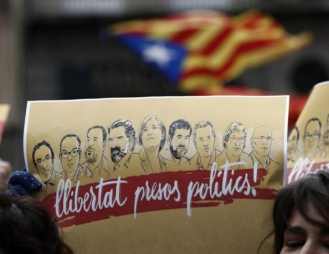 Un cartel pidiendo la libertad de los presos catalanes en una...