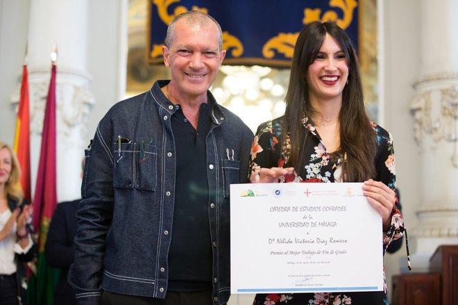 Antonio Banderas entrega un premio al mejor trabajo fin de grado a Nelida Victoria Díaz Romero, durante la presentación del balance de la Fundación Lágrimas y Favores.