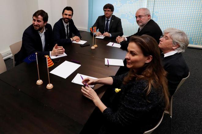 Carles Puigdemont y Roger Torrent junto al resto de ex consejeros...