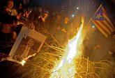 Manifestantes independentistas queman fotos del Rey durante los cortes...