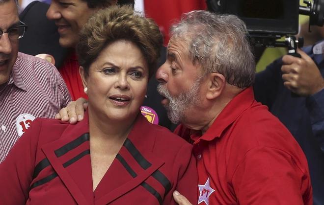 Lula da Silva habla con Dilma Rousseff durante un mitin del Partido de los Trabajadores en Brasil.