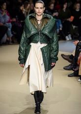 Alexander McQueen propone una desconstrucción de prendas de abrigo,...