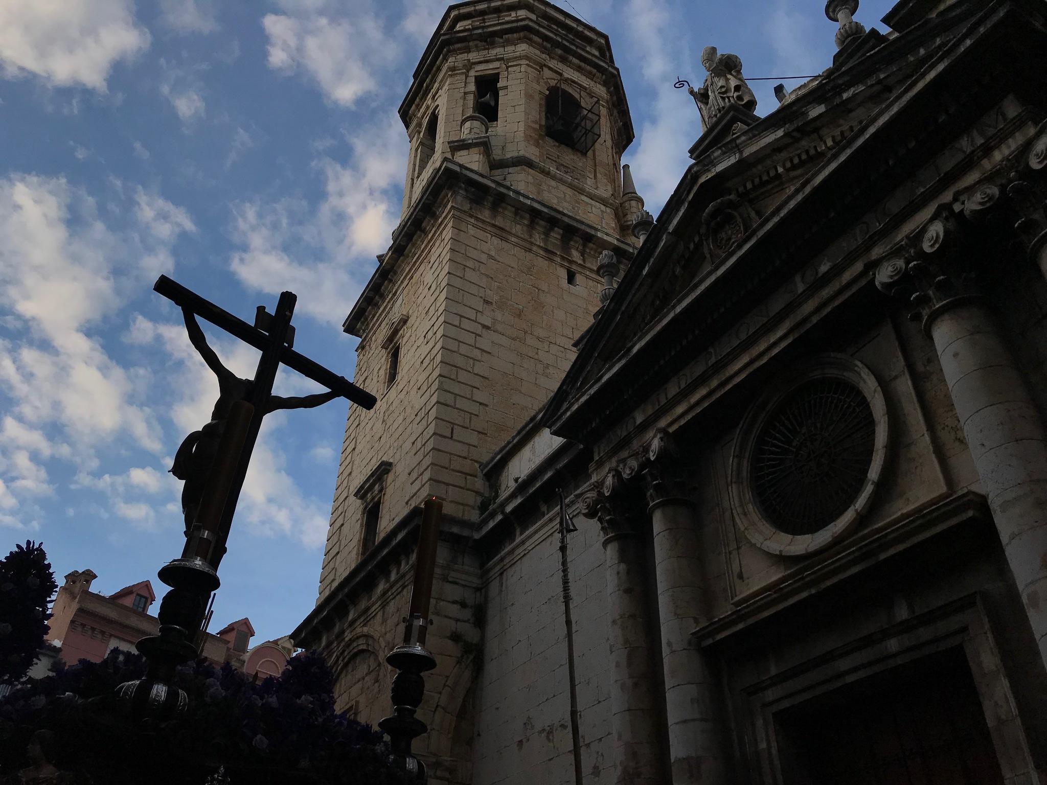 El Cristo de las Misericordias de Jaén la tarde del Lunes Santo junto a la iglesia de San Ildefonso.