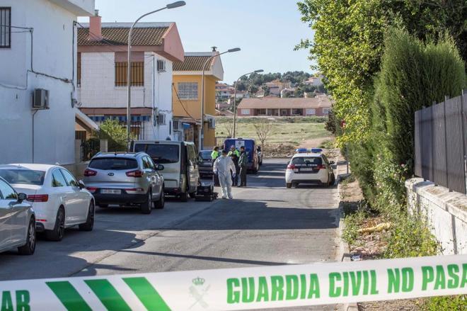 la Guardia Civil recoge pruebas en la casa donde ha sucedido el doble...