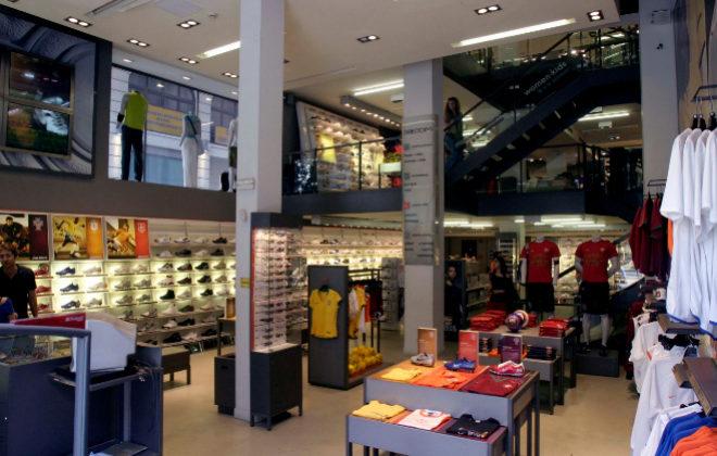 225de63293 Interior de la tienda Nike, en la Puerta del Sol (Madrid). QUIQUE FIDALGO