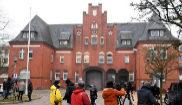 Cámaras de televisión a las puertas de la prisión de Neumünster,...