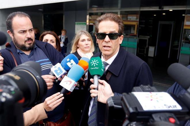 El abogado Esteban Hernández, letrado de Ana Julia Quezada, atiende a los medios ante el Juzgado de Instrucción número 5 de Almería.