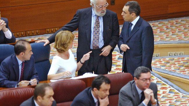 Esperanza Aguirre y Rafael Simancas discuten en la Asamblea de Madrid...