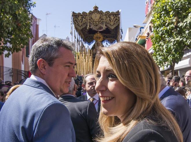 El alcalde de Sevilla, Juan Espadas, y la presidenta de la Junta, Susana Díaz, en la procesión de la Hermandad del Cerro del Águila, en Sevilla.