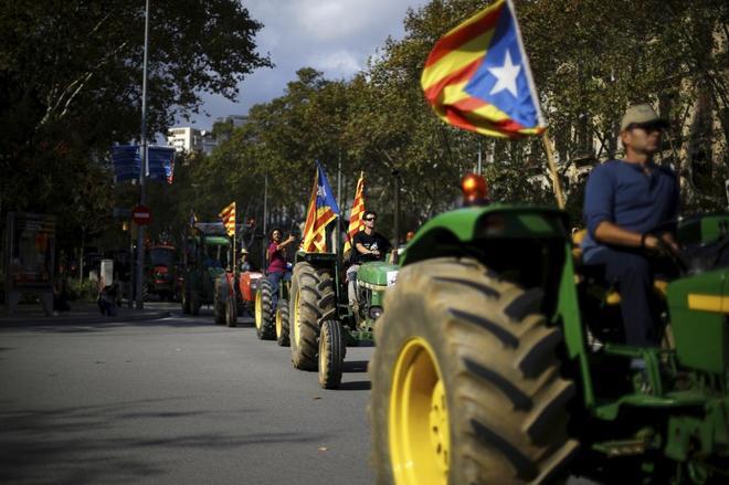 Movilización de tractores por las calles de Barcelona en una de las protestas independentistas, el pasado mes de octubre.