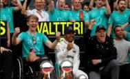 Hamilton festeja con Monger y Bottas su victoria en Silverstone, el pasado julio.
