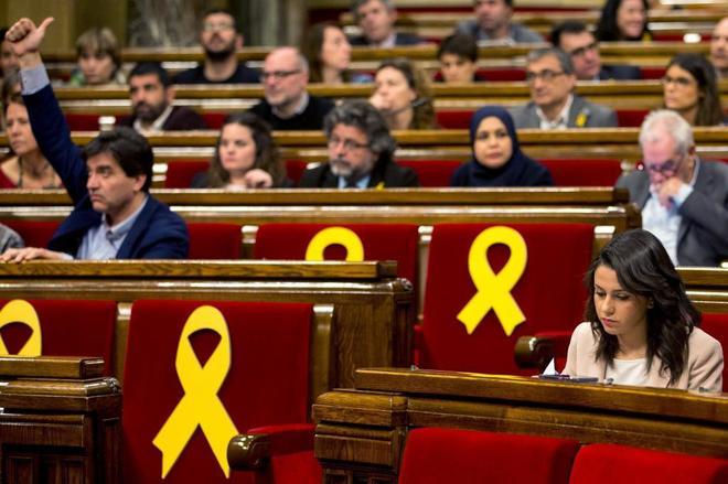 La líder y portavoz de Ciudadanos, Ines Arrimadas (d), durante el pleno del Parlament