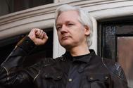 El fundador de WikiLeaks, Jualian Assange, con el puño en alto en la embajada de Ecuador en Londres.