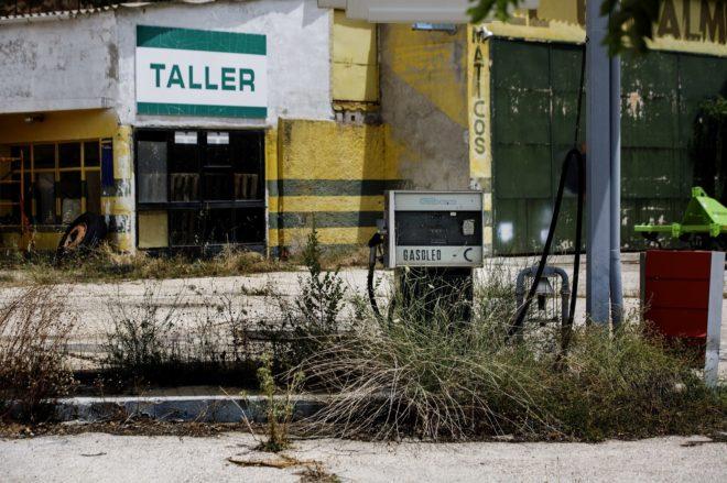 Una gasolinera abandonada en Guadalajara, una de las provincias castellanas más afectadas por la despoblación.