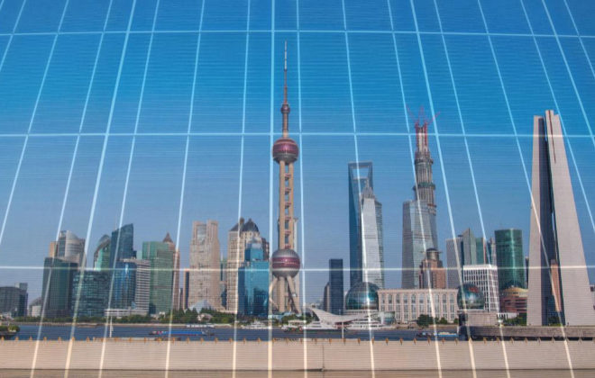 Reflejo del 'skyline' de la ciudad de Shangai sobre una placa de generación fotovoltaica.