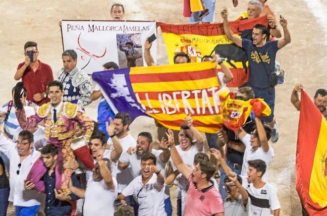Aficionados al toreo sacan a hombros a un diestro tras una corrida de toros en Palma.