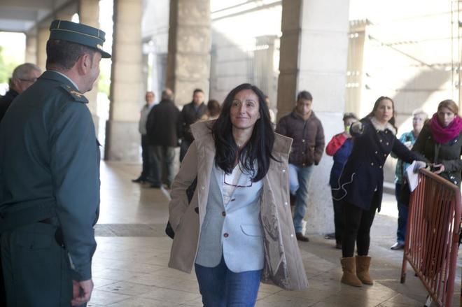 La juez Núñez Bolaños, a las puertas de los juzgados de Sevilla.