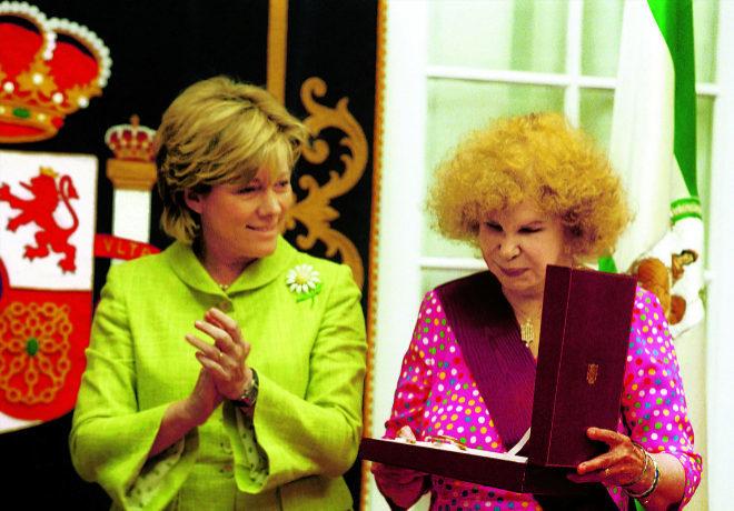 La duquesa de alba (d) recibiendo la Gran Cruz de Alfonso X en 2002, al lado de la entonces ministra de Cultura, Pilar del Castillo