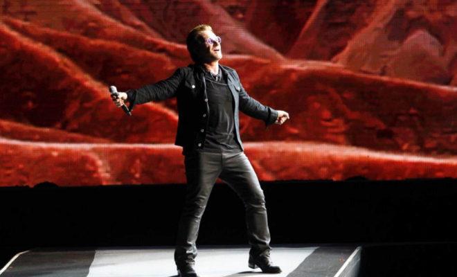 El cantante de U2, Bono, en un concierto en España.