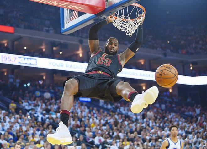 LeBron James realiza un mate en el encuentro entre Cleveland Cavaliers y Golden State Warriors.